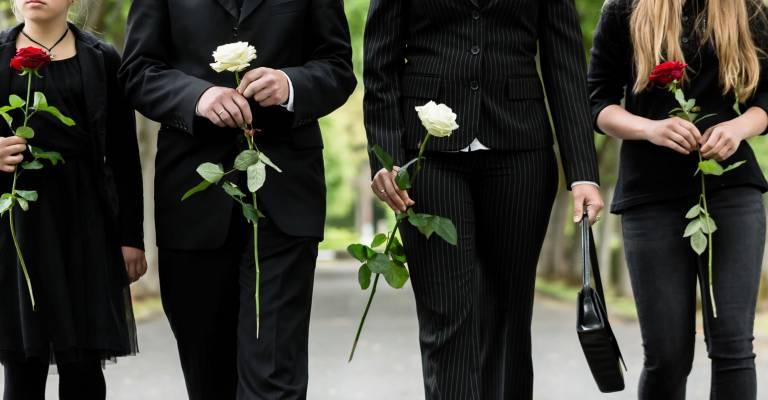 mensen in rouwstoet begrafenis